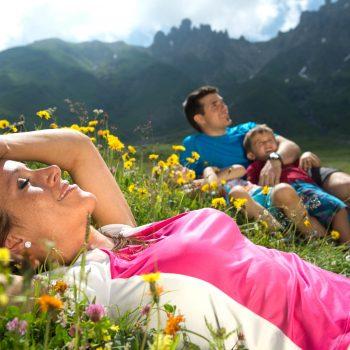 Wandern mit der Familie über die Blumenwiesen der Seiser Alm